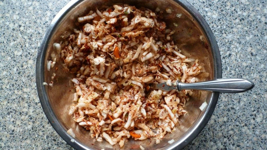 Kom met snippers kool chilipoeder en wortel voor kimchi