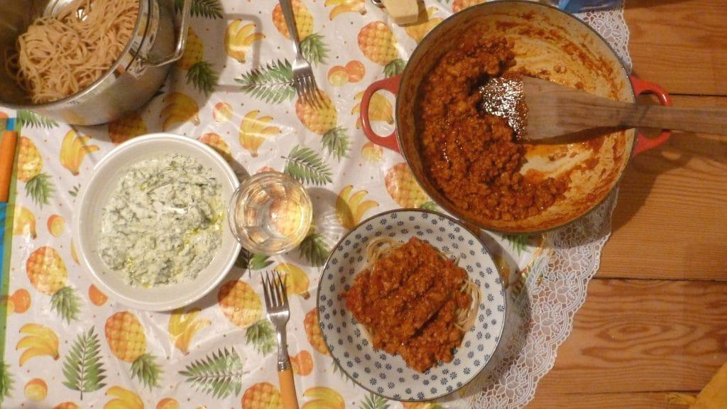 Makkelijke bolognese in een pan op tafel