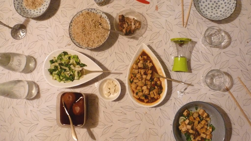 Tafel met schaal tofu in het midden en schaal paksoi ernaast
