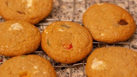 Grote koeken met M&M snoepjes op een afkoelrek