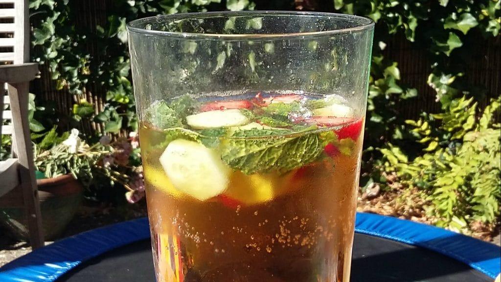 Glas goudbruin vocht met aardbei appel en munt