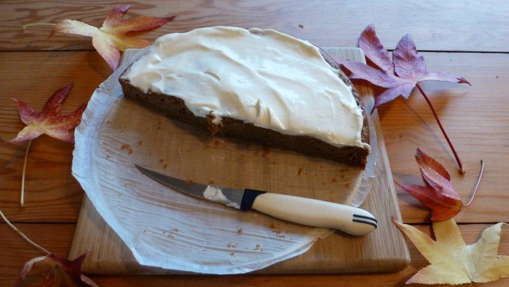 Foto van donkerbruine cake met wit laagje