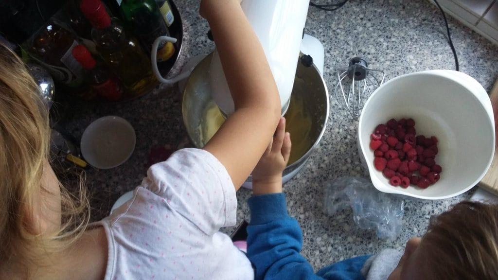 Staande mixer met cakebeslag en kinderhandjes