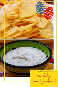 Schaal witte dip met groene vlekjes met op de achtergrond een schaal chips. Daaronder de woorden ranchdip voor de paasborrel, supersnel dipsausje
