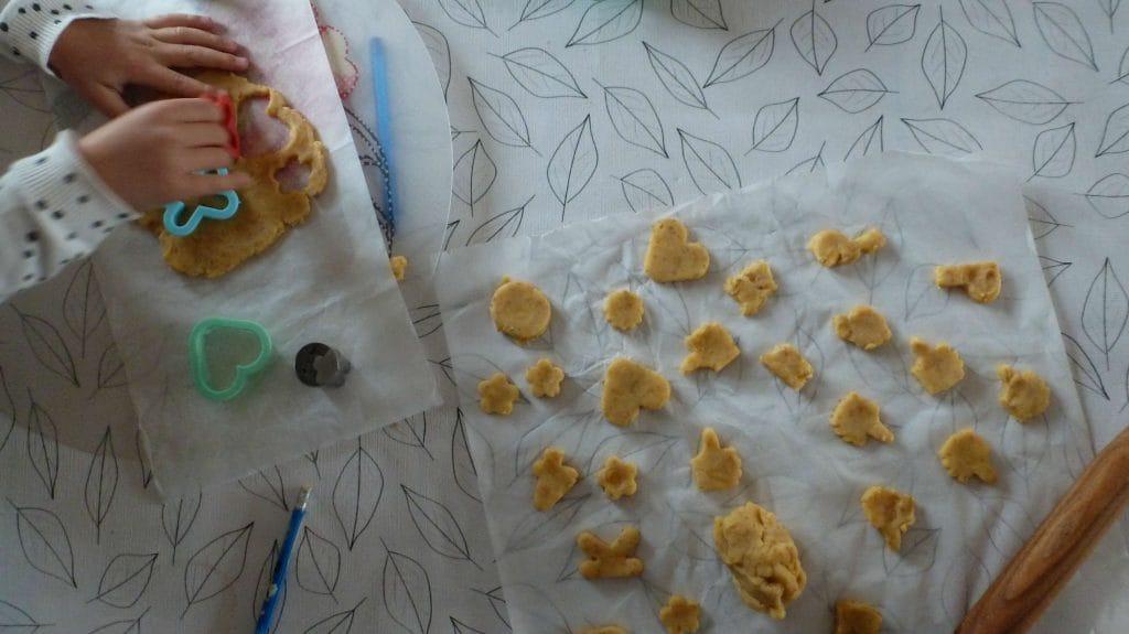 Foto van rauw kaaskoekjesdeeg in verschillende vormen