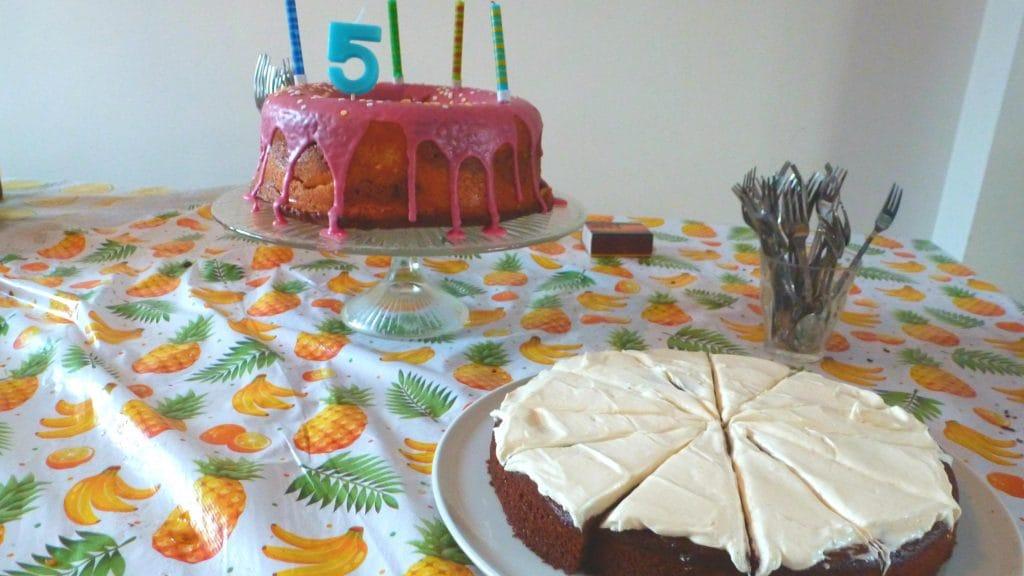 Foto van cake met roze glazuur en cake met wit glazuur