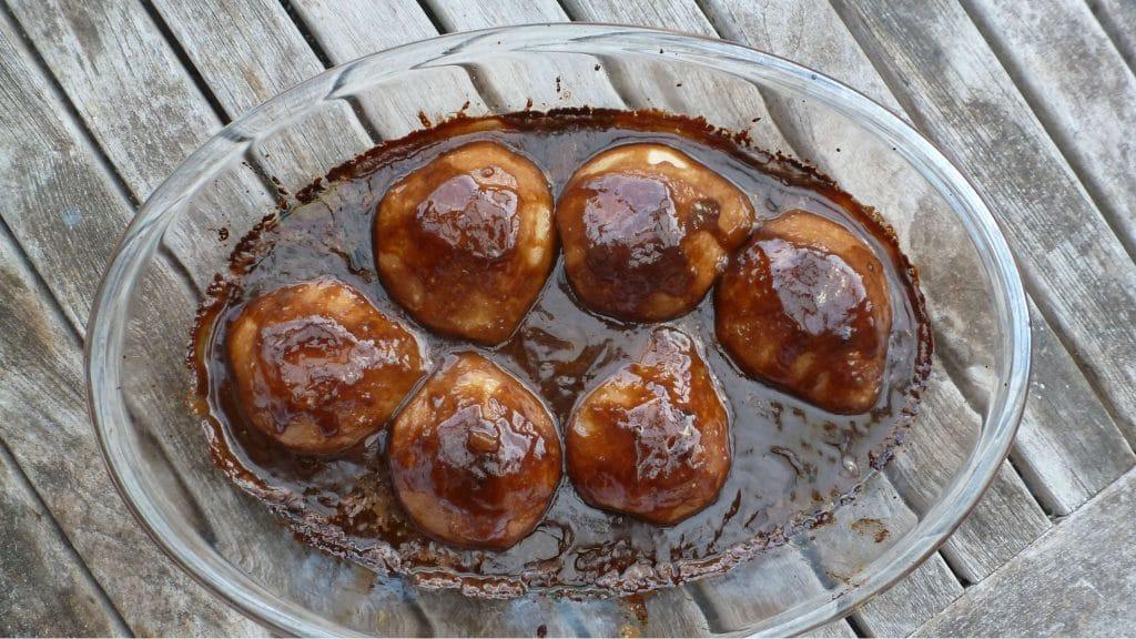 Schaal met halve peren overgoten met donkerbruine misokaramel