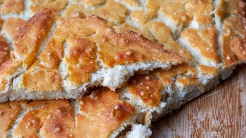 Goudbruin, plat brood met veel scheuren in de korst