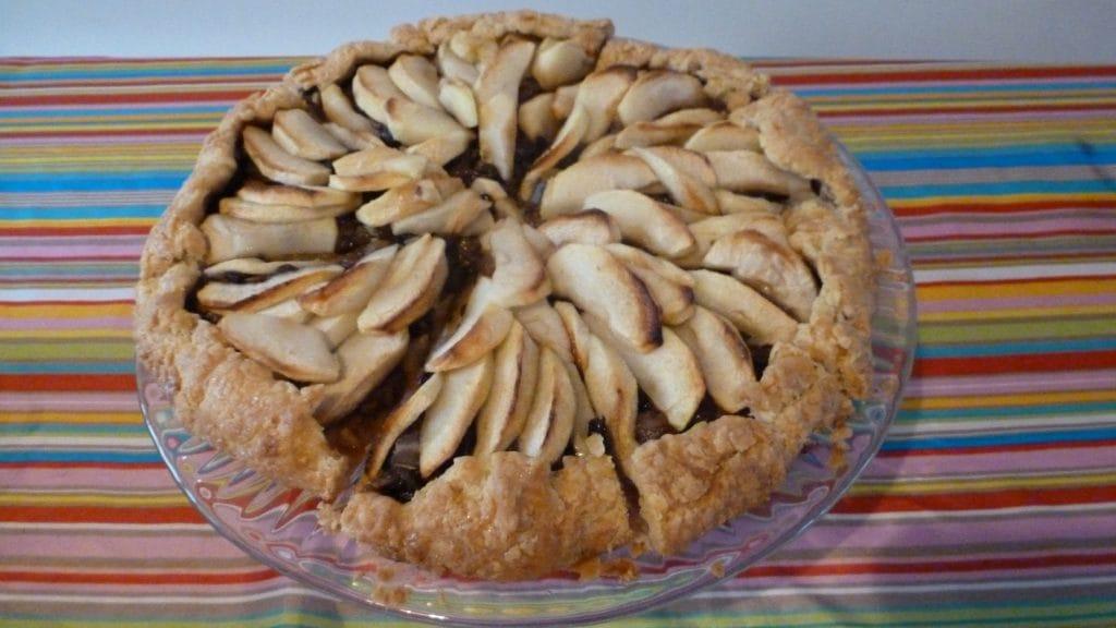 Ronde taart met rafelige deegrand en appelschijfjes