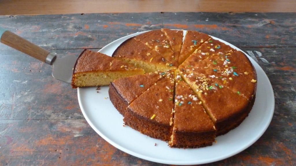 Goudbruine mandarijncake met een stukje eruit