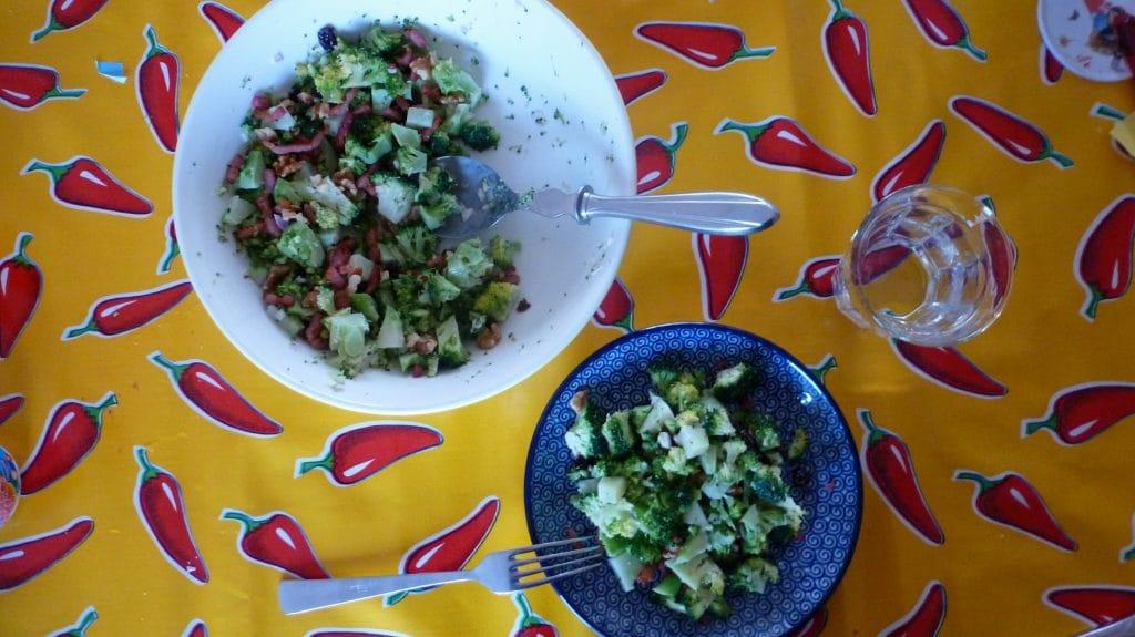 Witte schaal en blauw met broccolisalade