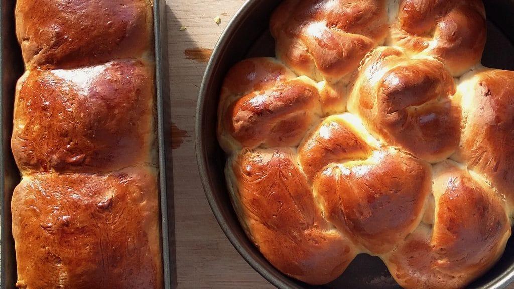 Goudbruin zoet brood in bakblik