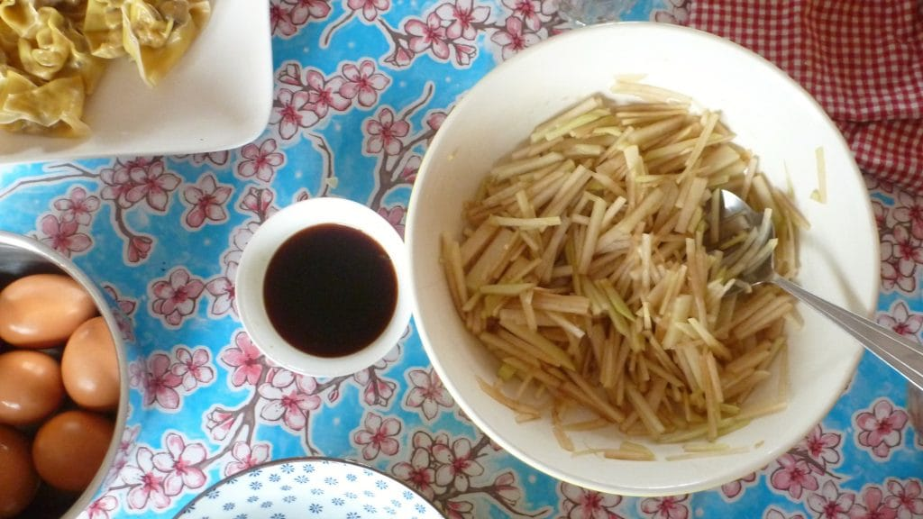 Kaalrabisalade van Fuchsia Dunlop op tafel