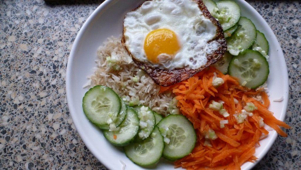 Kom gebakken rijst met groenten en ei