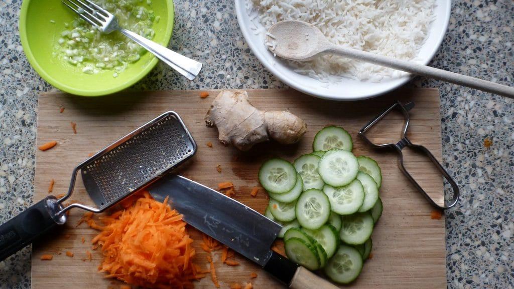 Wortel en komkommer en dressing voor over gebakken rijst