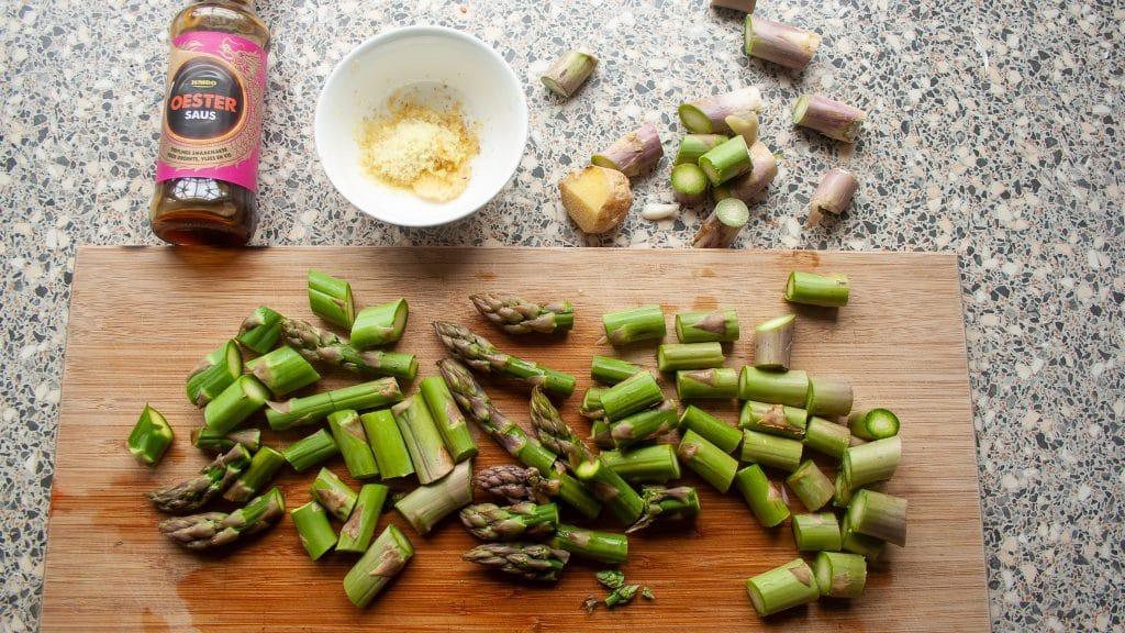 Groene asperges en ingredienten om te wokken