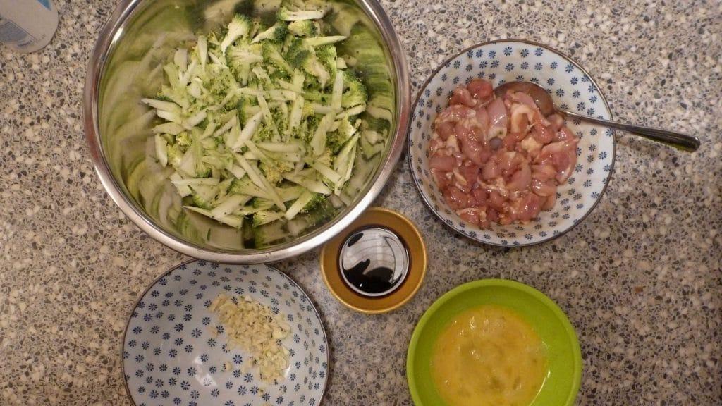 Mis en place voor noedels met kip en broccoli