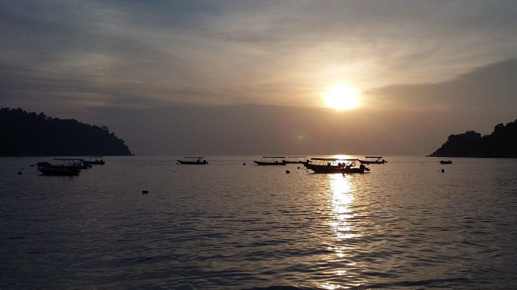 Bootjes bij zonsondergang