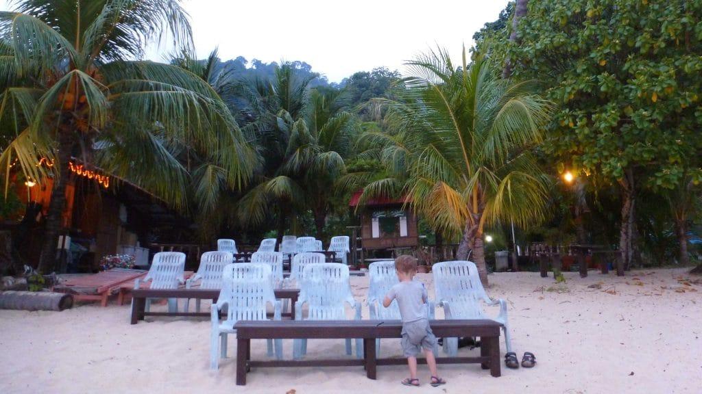 Terras op een palmstrand op Tioman