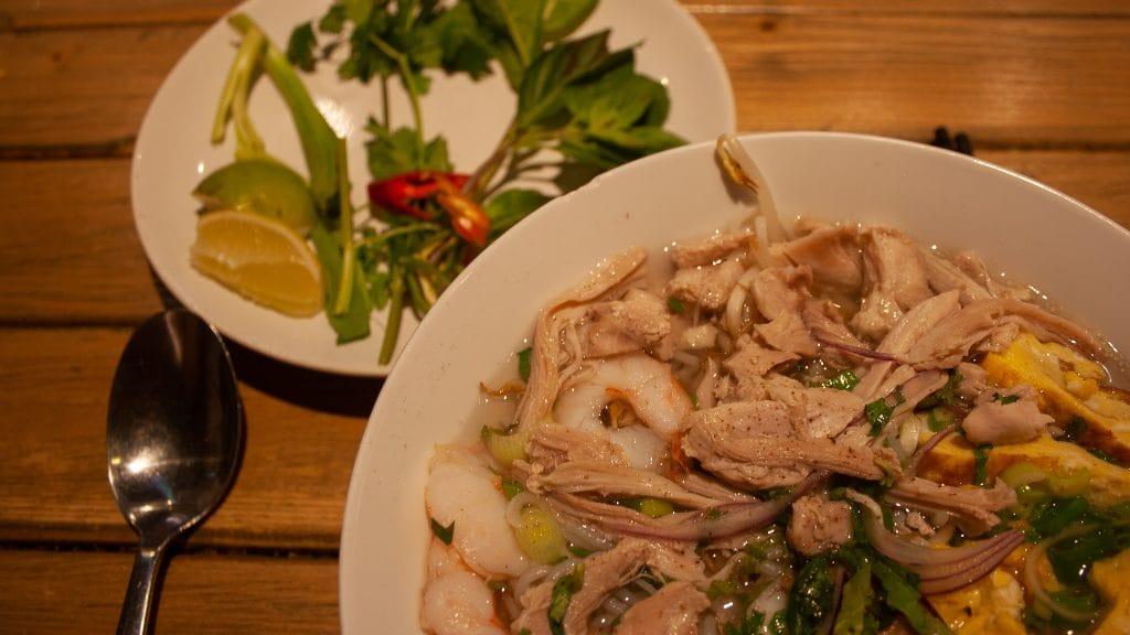 Vietnamese noedelsoep met kip garnalen en kruiden