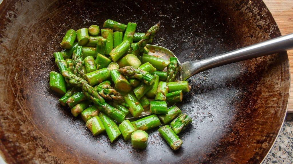 Wok met stukjes groene asperge