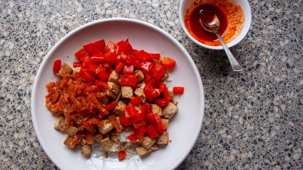Gebakken tofu in rijstkom