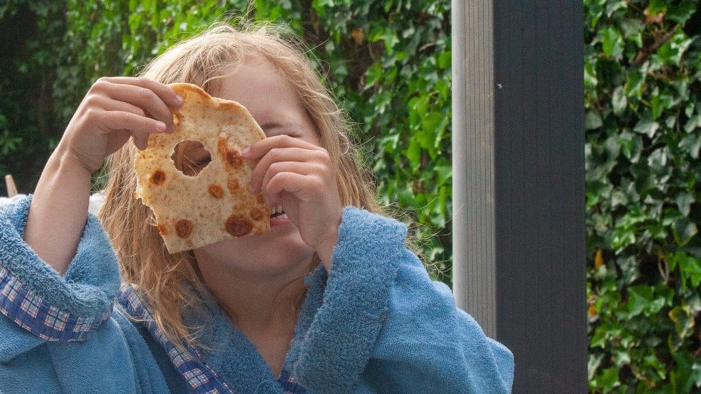 Kleuter met gezicht achter pannenkoek