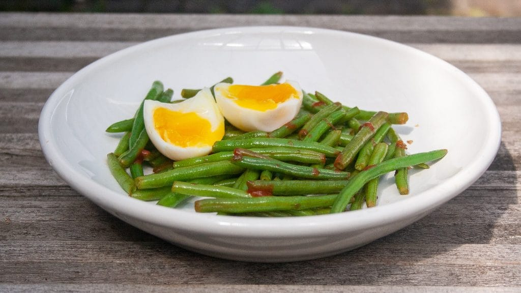 Gebakken sperziebonen en gekookt ei