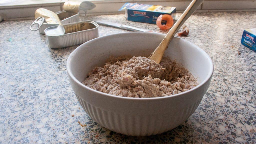 Sardineboter in kom met vork