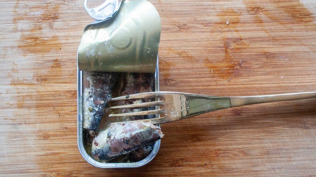 Vork in blikje sardines