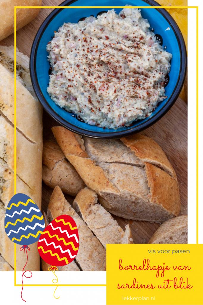 Bakje sardineboter naast sneetjes brood. Eromheen een paaskader en eronder de woorden borrelhapje van sardine uit blik, vis voor pasen