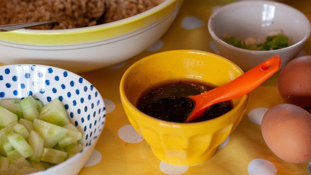 Saladedressing op tafel