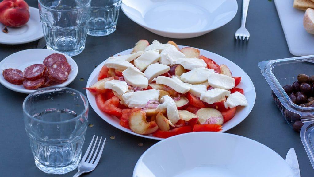 tomatensalade met perzik en mozzarella