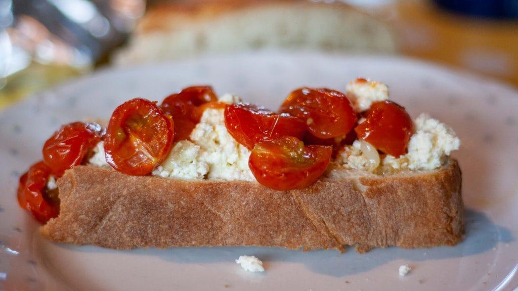 Ciabatta met zelfgemaakte ricotta en tomaat