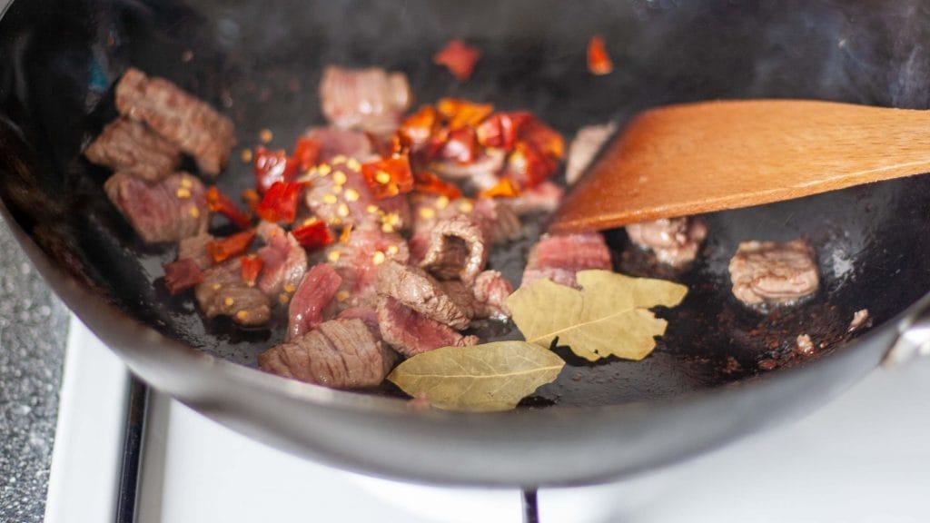 vlees wokken