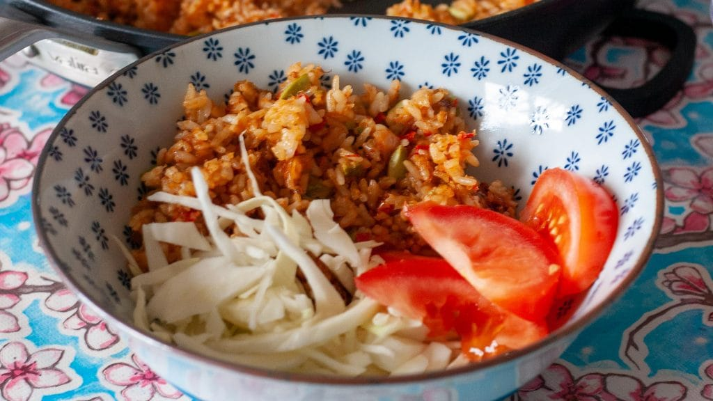 Kom met gebakken rijst tomaten en sliertjes kool