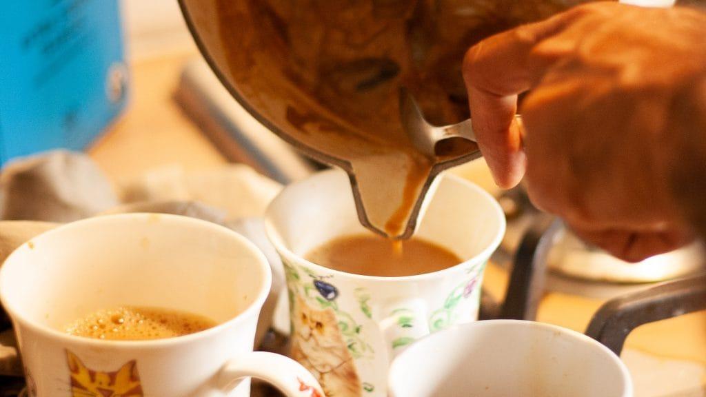 Kopjes chai tea worden ingeschonken