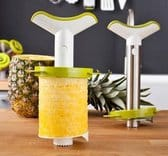 Witte ananassnijder met gele plakken ananas