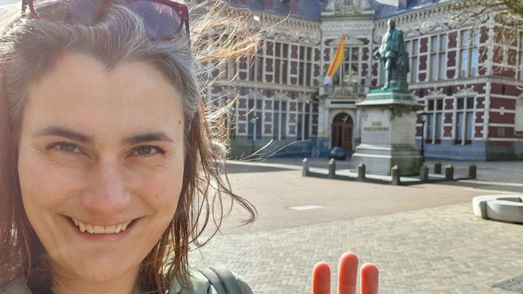 Lachende selfie met op de achtergrond het Domplein