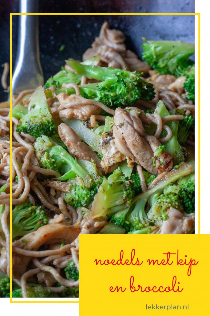 Langwerpige foto van noedels met kip en broccoli met geel tekstkader met daarin de woorden noedels met kip en broccoli