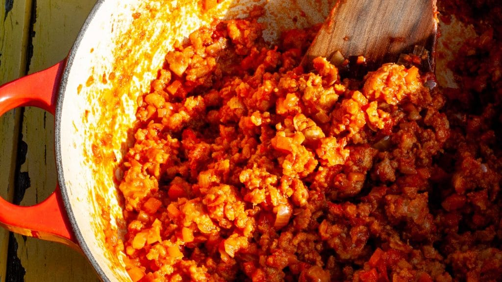Close-up van een pan met oranje-rode Bolognese saus