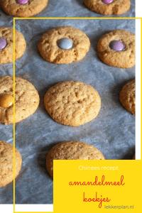 Afbeelding op pinterest formaat van goudbruine koekjes op bakpapier, met daaronder een tekstvak met de woorden amandelmeelkoekjes Chinees recept