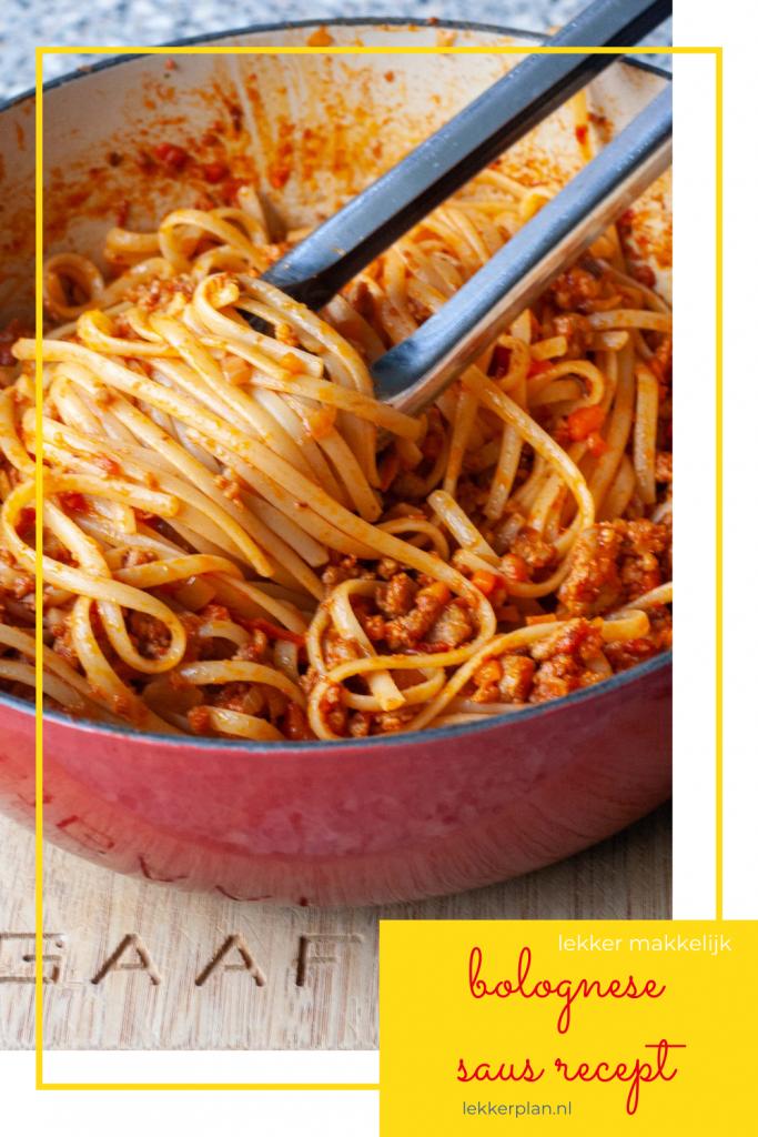 """Gedraaide streng pastaslierten met oranjevleessaus in pan. Daaronder een tekstvak met de woorden """"bolognese saus recept lekker makkelijk"""""""