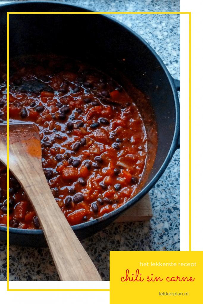 Afbeelding op pinterest formaat van een diepe zwarte pan met rode chilisaus met zwarte bonen. Daaronder een tekstvak met de woorden chili sin carne het lekkerste recept