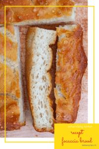 Vier stukjes focaccia brood op een plank