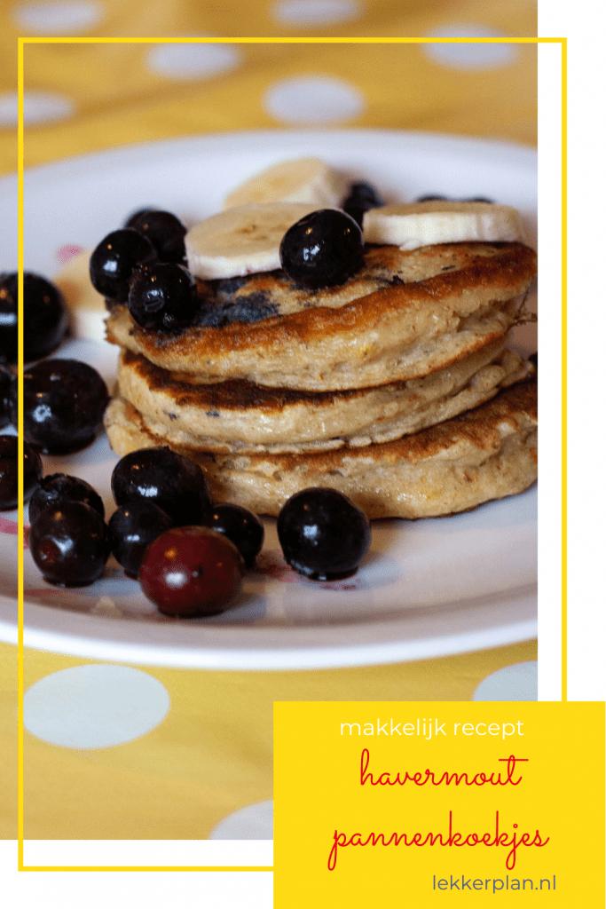 Afbeelding op pinterest formaat van een bord pannenkoekjes met banaan en blauwe bessen en daaronder de tekst makkelijk recept havermout pannenkoekjes