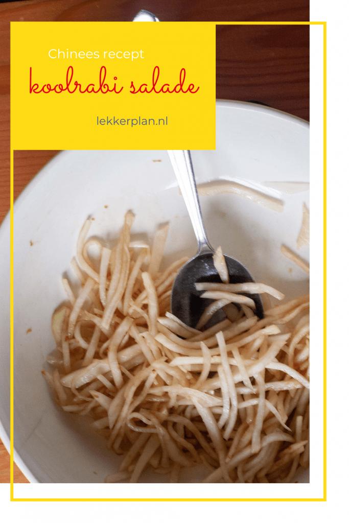 Afbeelding op pinterest formaat van een schaal koolrabi sliertjes met lichtbruine dressing en daarboven een geel tekstvak met de woorden koolrabisalade Chinees recept