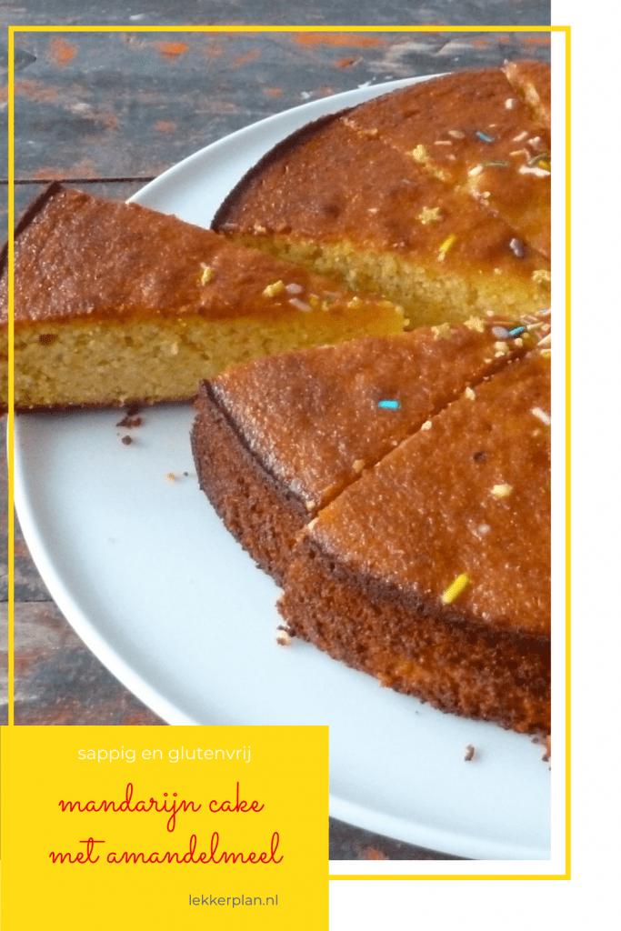 Afbeelding op pinterest formaat van een oranje-bruine ronde cake, met één losgesneden punt. Daaronder een geel tekstvak met de woorden mandarijncake met amandelmeel sappig en glutenvrij