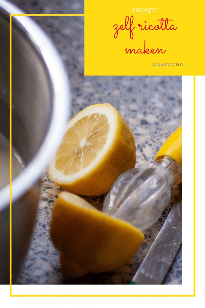 Afbeelding op pinterest formaat van doorgesneden citroen naast pan met melk met daarboven een geel tekstvak met de woorden zelf ricotta maken recept