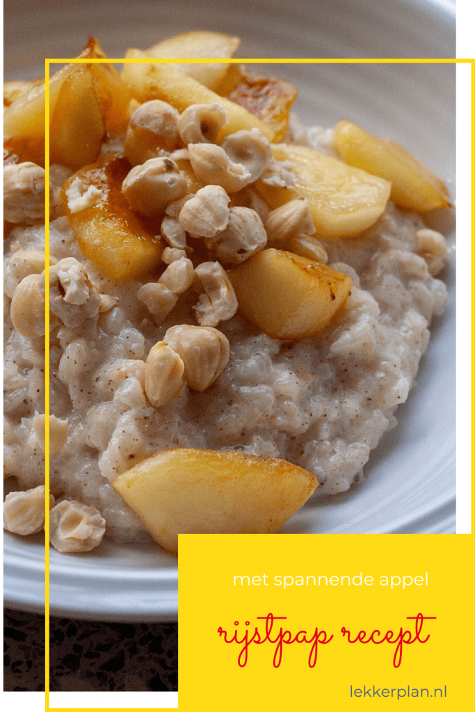 Bakje met roomwitte rijstpap met appelstukjes en hazelnoten, met daarop een tekstvlak met de woorden rijstpap recept met spannende appel